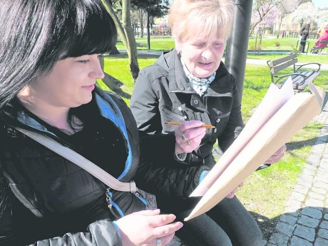Wioleta Ciołek (z lewej) od wczoraj zbiera podpisy w sprawie ratowania szpitala. Swój podpis złożyła już Krystyna Kazbieruk