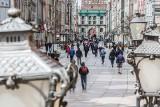 Obowiązek noszenia maseczek na świeżym powietrzu może być zniesiony już w maju! Wszystko zależy od wskaźnika zakażeń koronawirusem w Polsce