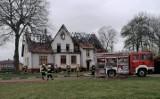 Pożar pałacu w Sławianowie w powiecie złotowskim. Mieszkańcy ewakuowali się przed przyjazdem strażaków [ZDJĘCIA]
