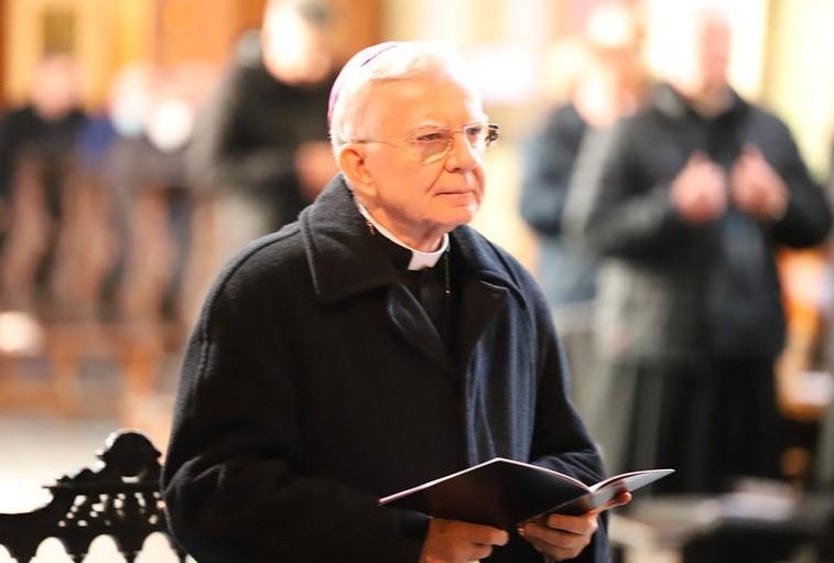 Arcybiskup Marek Jędraszewski w czasie pokutnej modlitwy...
