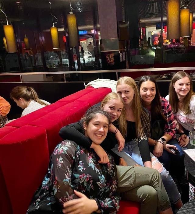 Siatkarki Enei Energetyka Poznań w poniedziałek wybrały się na bowling. Jak widać po zdjęciu integracja w drużynie przebiega w dynamicznym tempie