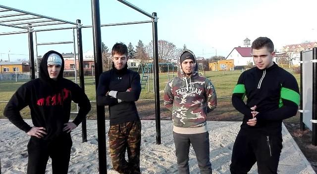 Kilka dni temu młodzi ludzie (od lewej: Miłosz Kubacki, Sebastian Chadrysiak, Bartosz Kubacki i Jakub Wesołowski) już testowali plac przy ul. Chemików. Oficjalne otwarcie będzie 6 grudnia
