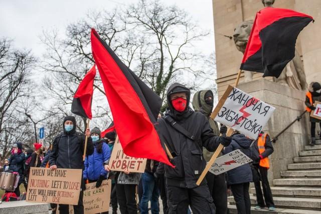 W niedzielę pod Teatrem Wielkim w Poznaniu odbyła się demonstracja z okazji Dnia Kobiet. Wzięli w niej także udział członkowie i sympatycy lewicowej organizacji Czerwony Front.