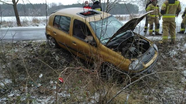 Dwa samochody marki Renault wypadły z drogi na trasie Karłowice - Popielów.
