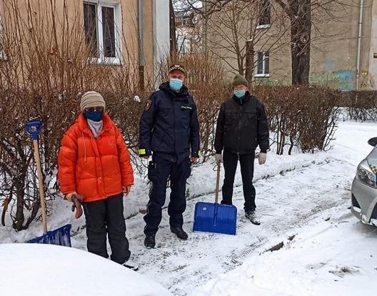 Wrocławscy strażnicy miejscy sprawdzają, jak sprzątany jest śnieg z chodników.