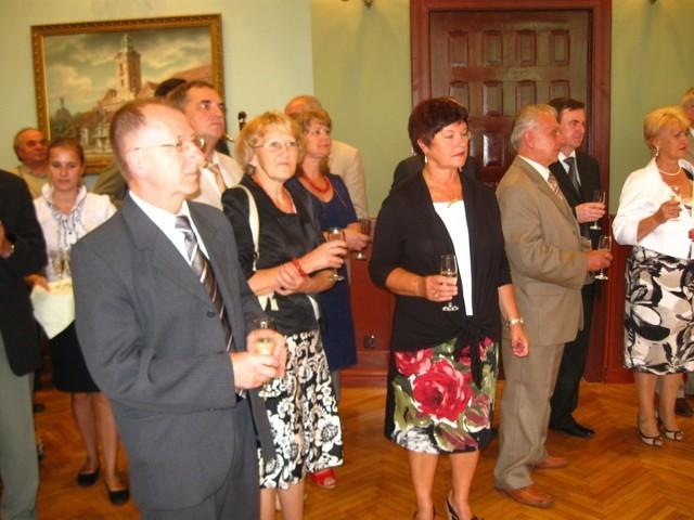 Na sali, gdzie odbyła się uroczysta sesja nie zabrakło tradycyjnego szampana, którym uczczono rocznicę.