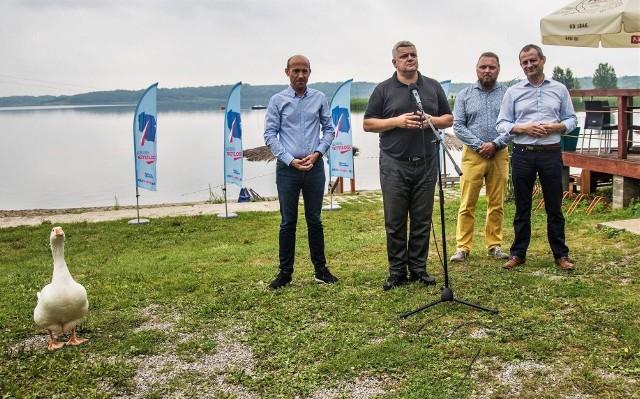Konferencja władz Platformy Obywatelskiej nad Jeziorem Tarnobrzeskim. Oswojona gęś, mieszkanka Wake Parku, też znalazła się w centrum uwagi.