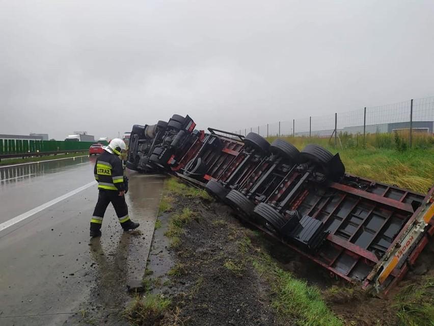 Zamknęli autostradę pod Wrocławiem. Wyciągali ciężarówkę z rowu