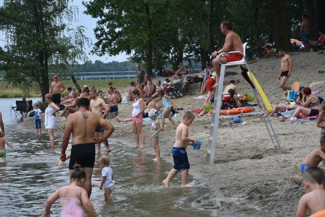 W Rybniku otwarto nowe kąpielisko na Pniowcu- Jest świetnie. Woda bardzo ciepła - mówią nam kąpiący się na Pniowcu rybniczanie. Wczoraj nie było zbyt dużo osób, pogoda była niepewna. W niedzielę na Pniowcu są tłumy.