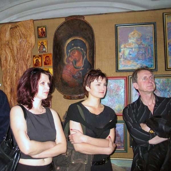 W tym sezonie w leskiej synagodze turyści będą mogli oglądać prace 75 artystów.