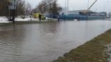 Awaria wodociągowa na Retkini. Powódź na ul. Pienistej, zalane domy [zdjęcia, FILM]