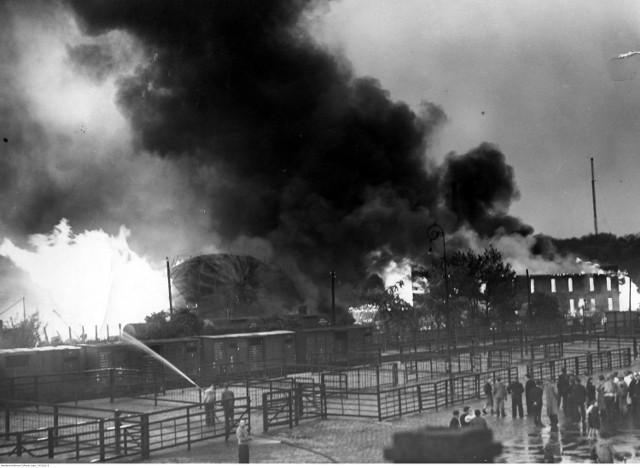 Przez stolicę Wielkopolski przechodzi gwałtowna burza. Jeden z piorunów trafia w potężny zbiornik w zakładzie Akwawit, wywołując najpotężniejszy pożar w Poznaniu. Ulicą Północną płynie rwąca rzeka płonącego spirytusu. Przejdź dalej, sprawdź szczegóły i zobacz zdjęcia pożaru --->