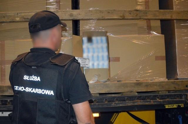 Transport 420 tys. paczek papierosów bez polskich znaków akcyzy przechwycili w Budzisku funkcjonariusze Krajowej Administracji Skarbowej z Podlaskiego Urzędu Celno-Skarbowego. Nielegalne wyroby tytoniowe ukryte były w estońskim tirze kierowanym przez 35-letniego obywatela Białorusi.