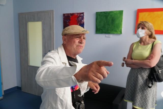 Na wystawie można zobaczyć obrazy, które podczas warsztatów z prof. Piotrem C. Kowalskim namalowały osoby z autyzmem.