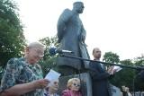 Toruń. Powstańcza barykada i kwiaty przed pomnikiem na placu Rapackiego w 77 rocznicę wybuchu powstania warszawskiego