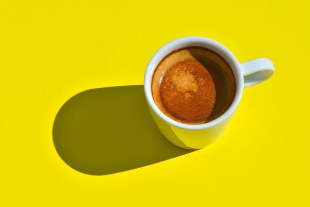 Twierdzenia, że kawa szkodzi, już dawno odeszły do lamusa! Jeden z najpopularniejszych napojów na świecie to ważne źródło prozdrowotnych antyoksydantów – zwłaszcza, że często jest pijany w całkiem sporych ilościach. Związki zawarte w naparze kawy chronią wątrobę, mózg i jelito grube, zmniejszają zagrożenie depresją i nowotworami, wpływając też korzystnie na metabolizm i stan układu krążenia. Co jednak ważne, właściwości naparu różnią się w zależności od sposobu jego przygotowania, dlatego sięgając po kawę codziennie warto wybrać odpowiedni sposób parzenia. Sprawdź, jak metoda parzenia kawy wpływa na jej właściwości zdrowotne! Zobacz kolejne slajdy, przesuwając zdjęcia w prawo, naciśnij strzałkę lub przycisk NASTĘPNE.