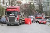 Śmiertelny wypadek w centrum Wrocławia. Mężczyzna zginął pod kołami tira [ZDJĘCIA]
