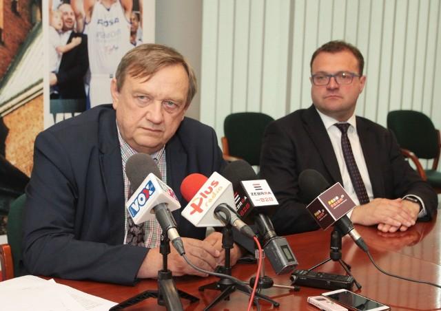 - Rosną ceny energii i koszty amortyzacji - wyjaśnia Leszek Trzeciak (z lewej). Na zdjęciu z Radosławem Witkowskim.