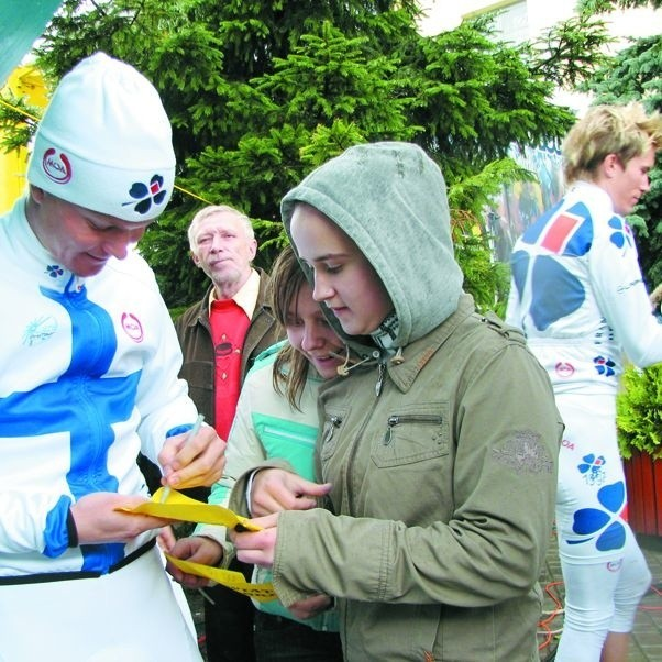 Kolarze w Bielsku nie wsiedli na rowery, ale z chęcią rozdawali autografy i pozowali do zdjęć z młodymi kibicami