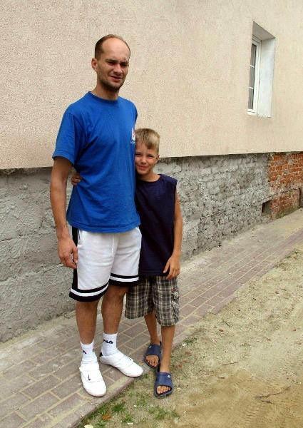 Marcin Karwacki na pewno skorzysta z odwilżaczy, które kupił Urząd miasta. Woda podczas drugiej fali powodziowej sięgała do odkutego teraz tynku.