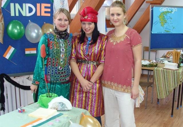 Milena Kuczak, Michalina Sobańska i Adrianna Lachowska z klasy II c przygotowały z koleżankami i kolegami stoisko indyjskie.