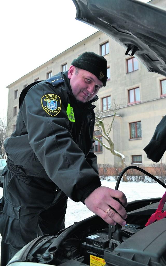Mł. insp. Dariusz Szwajda z częstochowskiej Straży Miejskiej pomógł odpalić nam samochód dzięki urządzeniu rozruchowemu