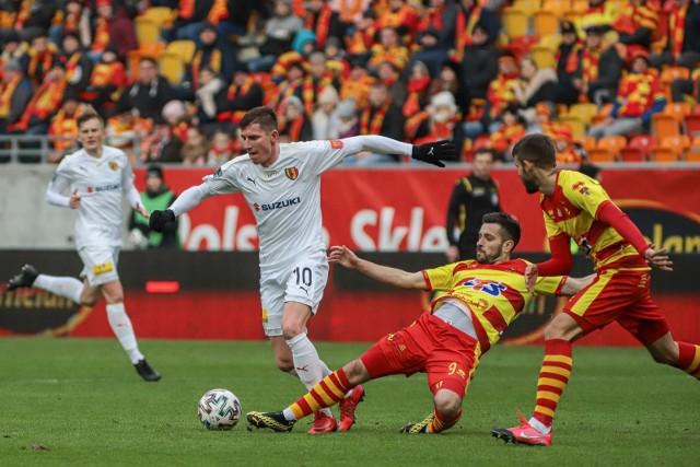 Jagiellonia, która zaczęła mecz z trzema debiutantami, zremisowała 0:0 z Koroną Kielce. Najbardziej zawiedli piłkarze ofensywni.