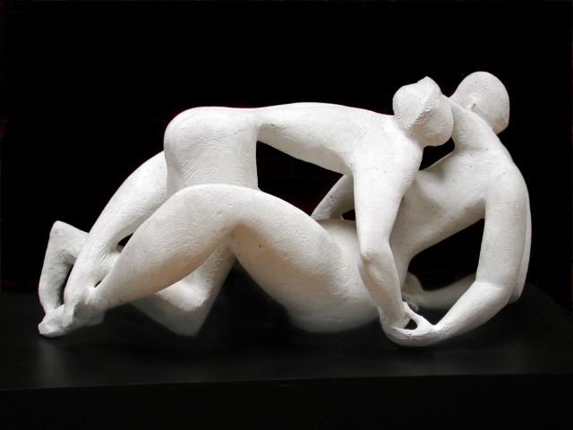 """Rzeźba Jerzego Jarnuszkiewicza: """"Dwoje"""" jest wśród innych rzeźb na wystawie #WYSTAWAINTERWENCYJNA2020  w Muzeum Rzeźby Współczesnej oraz w galerii Oranżeria."""