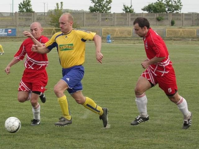 Sebastian Kopel (w środku) znów będzie grał w koszulce OKS-u Olesno.