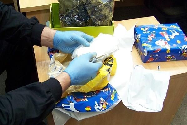 W tekturowych pudełkach zawiniętych w świąteczny papier był susz roślinny oraz amfetamina.