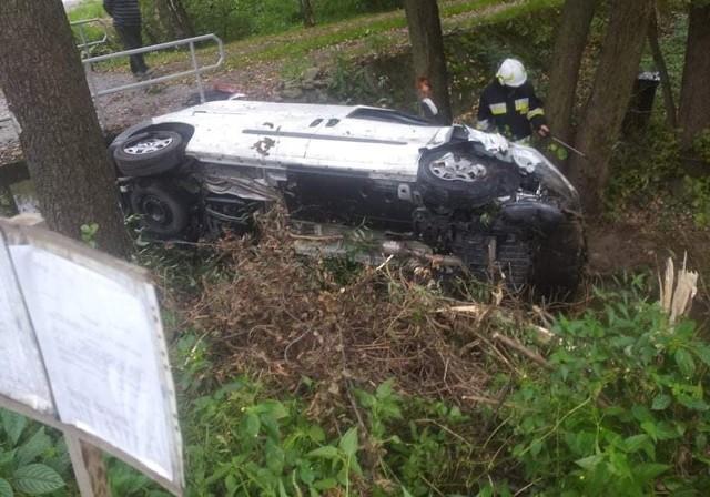 Samochód leżał na boku w potoku w Zalasowej. Na drogę wyciągnęli go strażacy