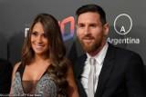 Antonella Roccuzzo - żona Lionela Messiego - odkrywa swoje wdzięki przed fanami i całuje się z mężem [ZDJĘCIA I FILMIKI]