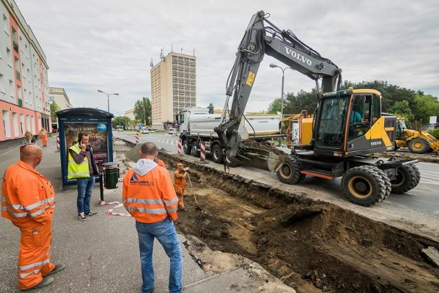 Trwają remonty bydgoskich ulic. Obecnie trwa wymiana krawężników na ulicy Sułkowskiego (od ul. 11 Listopada do Dwernickiego), gdzie przesunięto jeden z przystanków autobusowych. Wkrótce położone zostaną tutaj nowe nawierzchnie. W ten sposób zakończy się modernizacja całej trasy łączącej południowe osiedla miasta z północnymi. Warto dodać, że na osiedlu Leśnym remontowana będzie też ul. 11 Listopada. Będą tu nowe nawierzchnie i wyniesione skrzyżowanie z ul. Świerkową oraz przejścia dla pieszych.