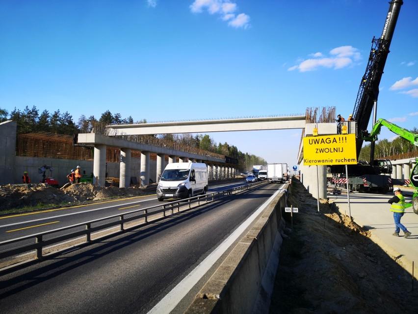 To wiadukt, który powstaje w okolicy Wikłowa nad autostradą...
