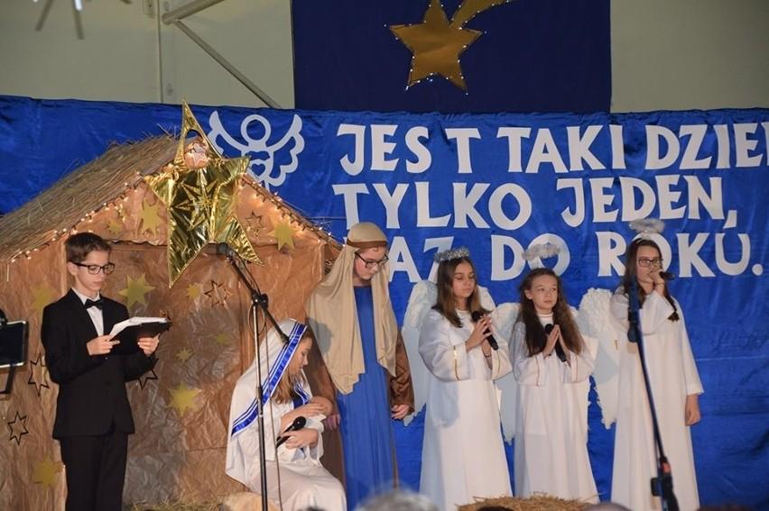 W miniony weekend w kilku miejscowościach gminy Słupsk zorganizowano wigilijne spotkania dla seniorów. Dzieci przygotowały program artystyczny, na który składały się scenki biblijne. Było wspólne kolędowanie, tradycyjne potrawy, a nawet świąteczne zagadki. Ogółem we wszystkich spotkaniach uczestniczyło ponad 2000 osób. Wigilie zorganizowała gmina Słupsk ze wsparciem różnych instytucji.