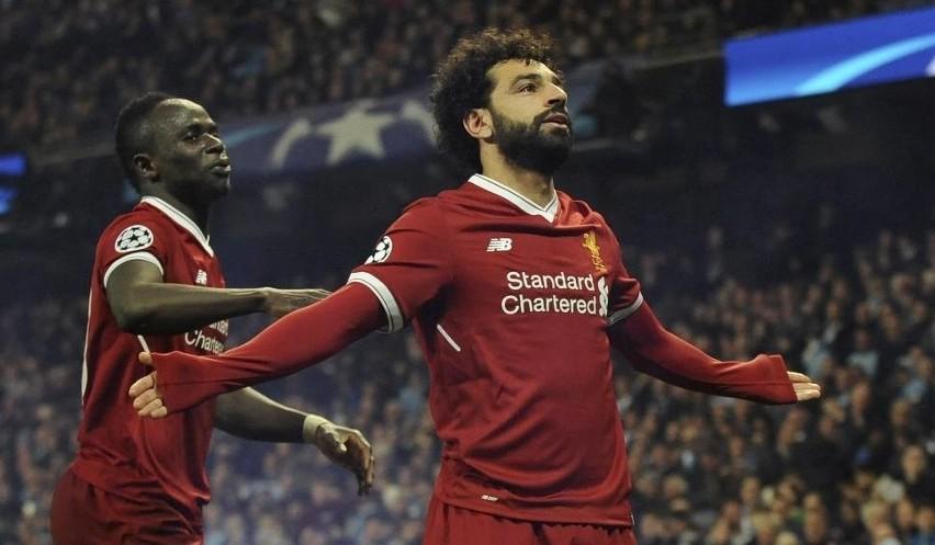 Mohamed Salah (z prawej) był jednym z bohaterów meczu w Manchesterze