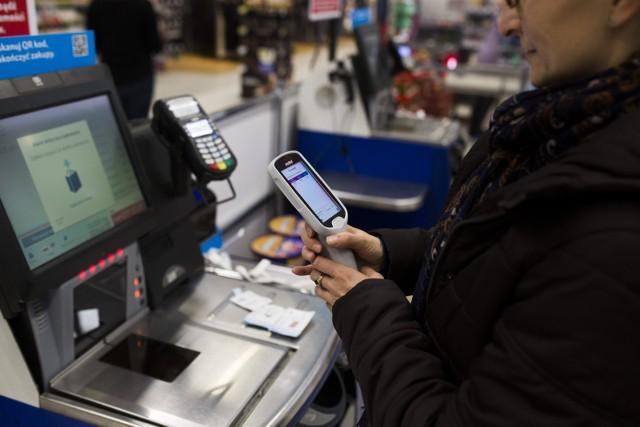 Zarobki kasjerów w dyskontach są coraz bardziej atrakcyjne.  Ile zarabiają kasjerzy w najpopularniejszych sklepach w Polsce? Sprawdziliśmy.Poznaj stawki na kolejnych slajdach >>>>>