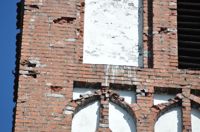 Fragment południowej elewacji wieży kościoła Mariackiego, niektóre elementy trzymają się na słowo honoru. Na razie przed nimi chronić będzie siatka zabezpieczająca.