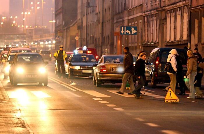 Do wypadku drogowego doszlo we wtorek o godz. 15.20 na ul. Wolności w Slupsku. 62-letnia kobieta przechodzila przez przejście dla pieszych na czerwonym świetle.