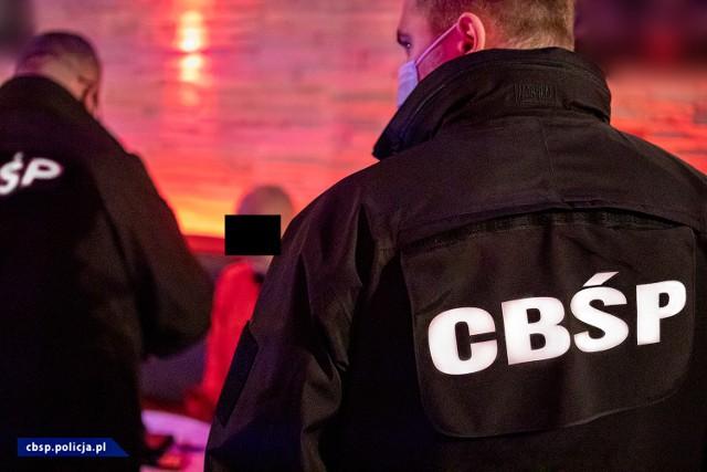 Ponad 100 policjantów z CBŚP, KSP, BSWP, KWP z Łodzi, Radomia i Poznania wzięło udział w rozbiciu zorganizowanej grupy przestępczej i likwidacji agencji towarzyskiej. Zobacz ZDJĘCIA, czytaj na kolejnych slajdach >>>>