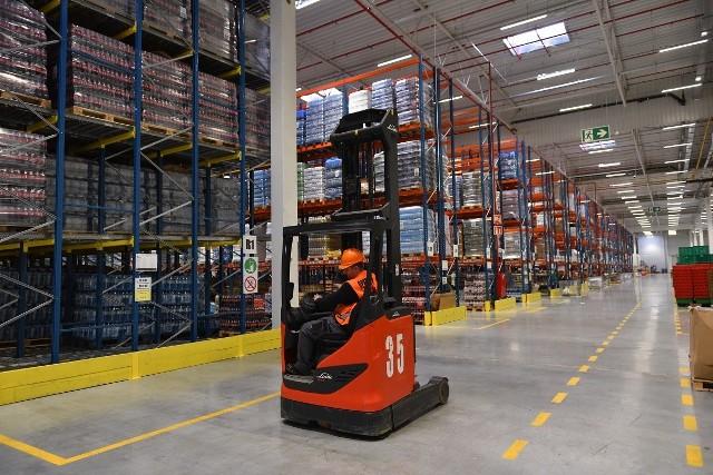 Sieć sklepów Żabka prowadzi rekrutację dla 20 operatorów wózków widłowych w centrum logistycznym w Szałszy