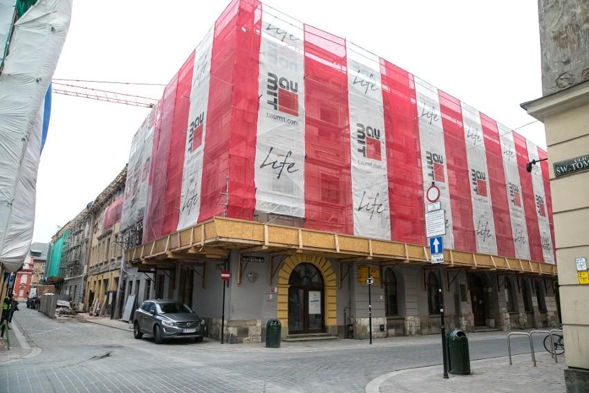 """Kraków. Z zabytkowego budynku przy św. Tomasza została sama fasada. Kiedyś tam było kino Apollo. """"Jesteśmy w newralgicznym momencie prac"""""""
