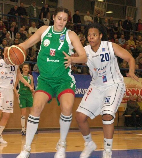 Amber Petillon (w zielonym stroju)