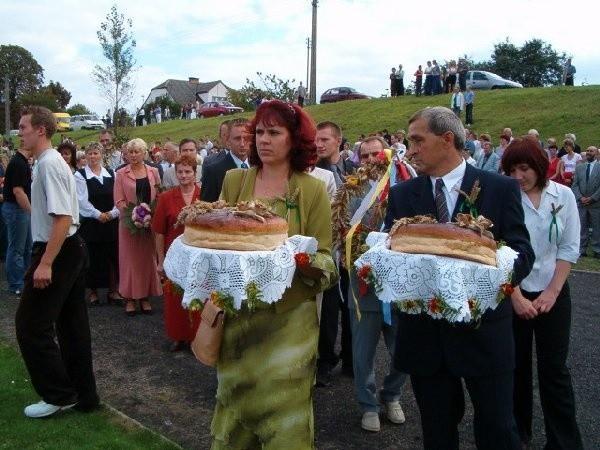 Chleby wypieczone z tegorocznej mąki  przynieśli starostwie dożynek Elżbieta  Marendowska i Mirosław Grabarczyk.