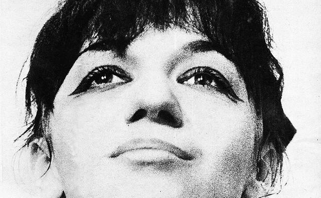 """Ewa Demarczyk była jedną z najważniejszych polskich piosenkarek wykonujących utwory z nurtu poezji śpiewanej. Znana z utworów solowych, ale również z działalności artystycznej w kabarecie """"Piwnica pod Baranami""""."""