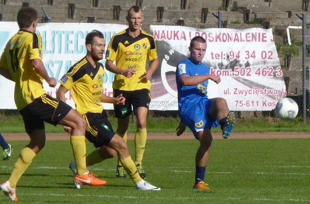 Piłkarze Gryfa Wejherowo (żółte koszulki) ponownie pojawią się w Koszalinie. W sobotę zmierzą się z Bałtykiem.