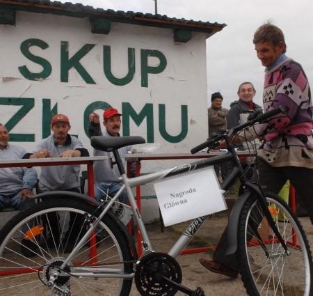Główna nagroda, czyli nowiutki rower górski, przypadła bezrobotnemu Jerzemu Okoniowi. Tu w rozmowie z właścicielem skupu złomu Leopoldem Ryczajem.