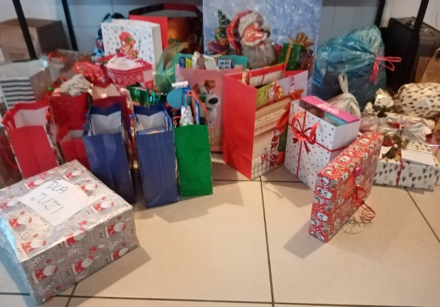 """Pomysłodawcy akcji """"Choinka życzeń"""" czekają na ostatnie prezenty, które dostarczą w nowym roku dla dzieci z Domu Dziecka w Turawie i ośrodka Szansa w Opolu."""