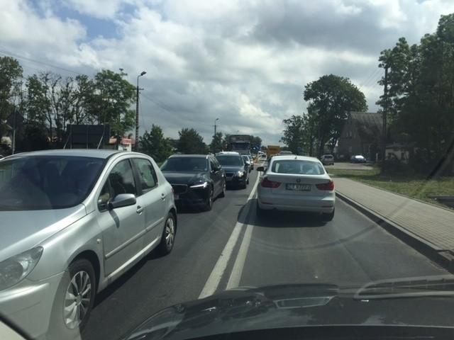 Uwaga kierowcy. Korek w kierunku Mielna. Utrudnienia zaczynają się już w miejscowości Strzeżenice i ciągną się, aż do przejścia dla pieszych obok sklepu Biedronka w Mielnie. Korek na długość około 3 kilometrów. Podróż do Mielna z Koszalina może trwać nawet godzinę.