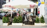 Ogródek tarasuje chodnik na Piotrkowskiej. Czy powinno się go przesunąć? [zobacz zdjęcia]